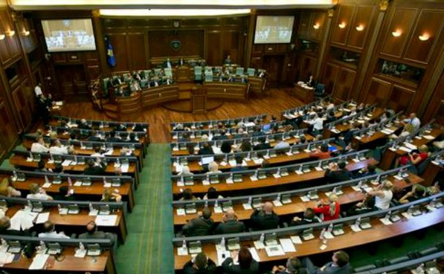 Kosovo lawmakers attend a parliamentary session in Pristina on August 3, 2015 (AFP Photo/Armend Nimani)